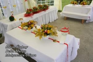 Dekoracja stołu weselnego w namiocie