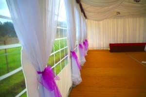 Fioletowe dekoracje w namiocie